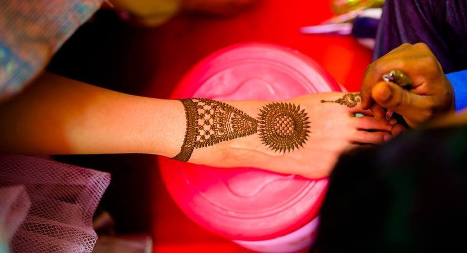 simple bridal foot mehndi design with small details
