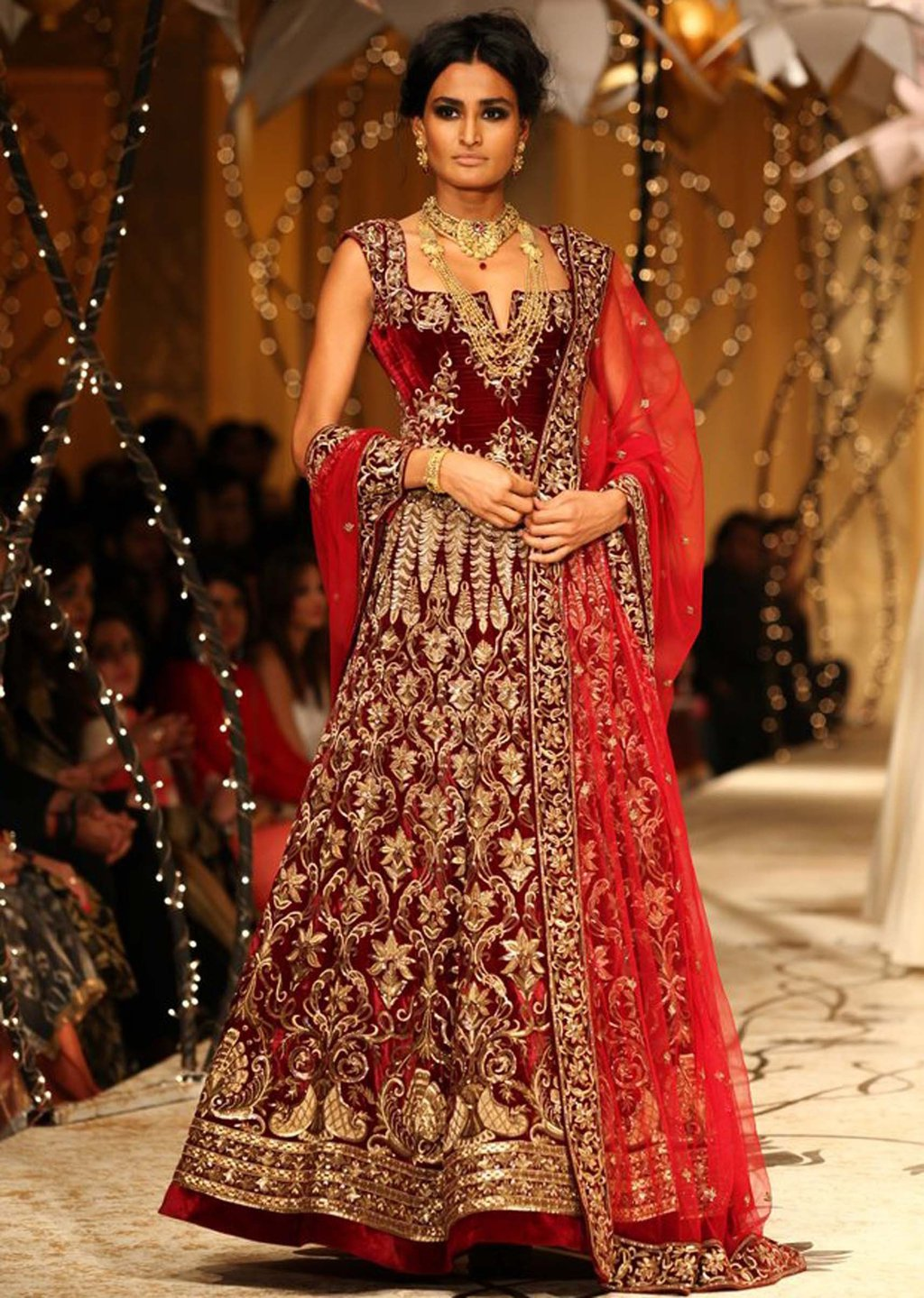Summer-Wedding-Trends-Classic-Bridal-Red-Lehenga